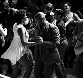 How is the past alive and transmitted in social vernacular idiomatic dances?
